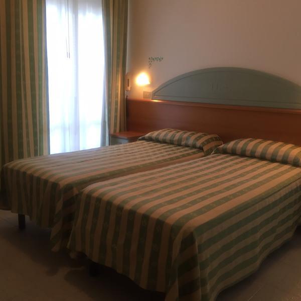 Hotel_Adriatica-matrimoniale-letti-singoli_1